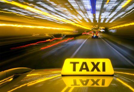 taxi: Taxi conducir a alta velocidad a través del intenso tráfico por la noche, visto desde el techo de la cabina  Foto de archivo