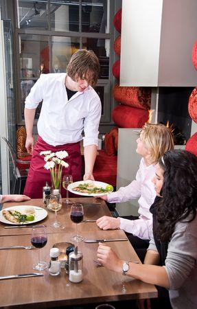 camarero tomar las órdenes de un cliente en un restaurante