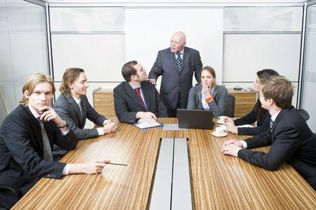 Een senior manager consorten geluk wensen voor het begin van een vergadering aftrap van een belangrijk project