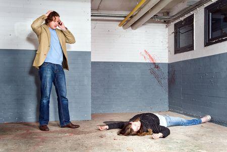 vermoord: Omstander, ontdekken een vermoorde vrouw in een kelder, en bellen 911 Stockfoto