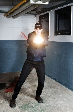 törekvés: Policewoman aiming a flashlight in pursuit of a suspect