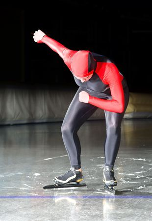 Eisschnellläufer an der Startlinie der ein Langstreckenrennen auf eine Eishalle