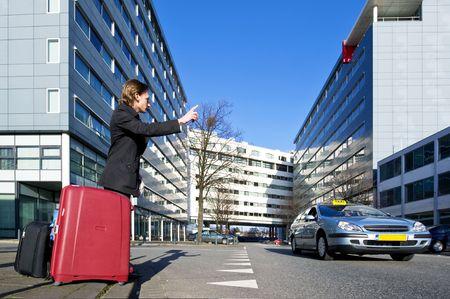 taxista: Un hombre de negocios con varias maletas marcar un taxi Foto de archivo