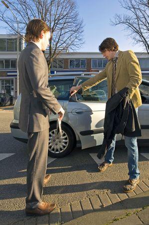 taxista: Un conductor de taxi, abrir la puerta trasera para un cliente