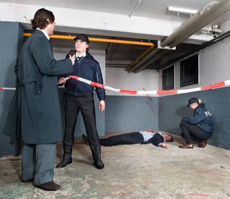 escena del crimen: Inspector de polic�a identific�ndose a un polic�a al llegar a la escena de un crimen