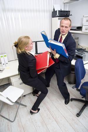 scrambling: Due imprenditori oscuramento di trasportare un pesante carico di lavoro, rappresentata da fascicoli spessi Archivio Fotografico