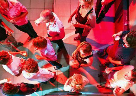 Una fiesta en la pista de baile de un club nocturno, tal como se ve desde arriba.