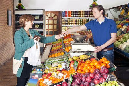 greengrocer: Mujer de compras de alimentos frescos y verduras en el mercado de una fruter�a