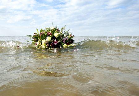 �ber Wasser: Bouquet am Leben in der Brandung Gentil des Norden Meeres, als Metaphore der gedenken einer w�ssrigen Grab Lizenzfreie Bilder