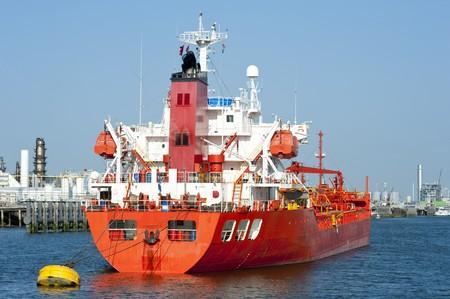 petrochemistry: Petrolero amarrado en un puerto industrial cerca de un movimiento  Foto de archivo