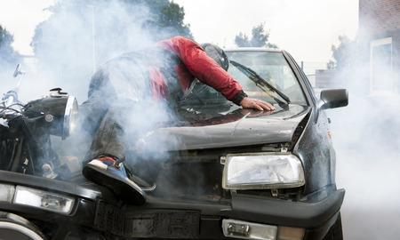 motociclista: Grave accidente entre un motociclista y un coche, causando un gran da�o e hiriendo a ambos conductores  Foto de archivo