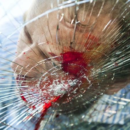Peatonal golpeada por un automóvil, con sangre en el parabrisas fragmentado  Foto de archivo