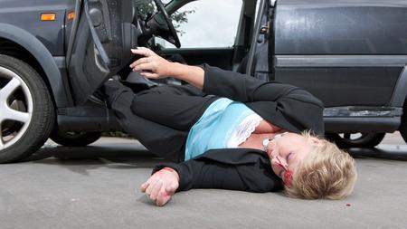 lesionado: Controlador lesionado con una laceraci�n en su frente, cayendo a unconciously de su autom�vil despu�s de haber tenido un accidente