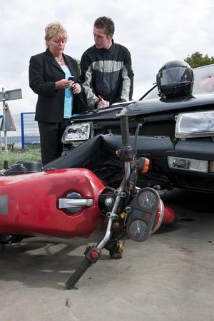 motociclista: Los controladores, involucrados en un accidente entre un coche y una moto, intercambio de informaci�n para fines de seguros