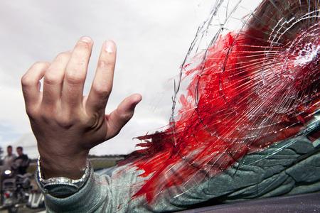 hemorragias: Escena de accidente mortal, con la cabeza de la v�ctima, aplastada a trav�s del parabrisas de un autom�vil. Un par de motociclistas observando la escena desde una distancia  Foto de archivo