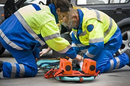 urgencias medicas: Param�dicos preparando una camilla para una v�ctima de accidente de coche heridos  Foto de archivo