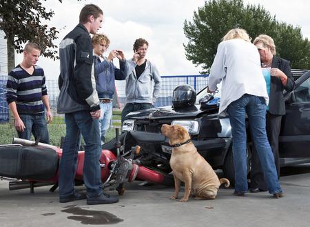 casco moto: Transe�ntes crear moldes de noticias amateur y proporcionar primeros auxilios a las v�ctimas de un accidente entre una moto y un coche