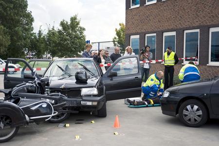 casco de moto: Equipo de apoyo m�dico ayuda a una v�ctima en un strecher despu�s de un accidente de coche.