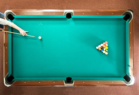 bola de billar: Jugador de piscina listo para el descanso, visto desde arriba
