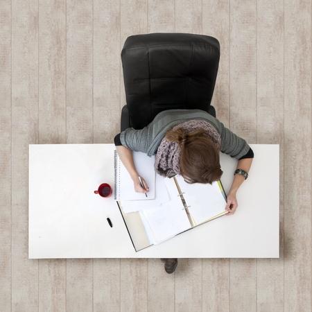 Jeune femme étudier pour ses examens, vus de haut
