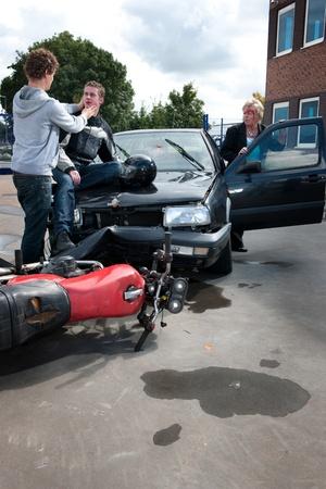 casco moto: Inured mujer para salir de su coche el automovilista que se estrell� a ver c�mo est� haciendo Foto de archivo