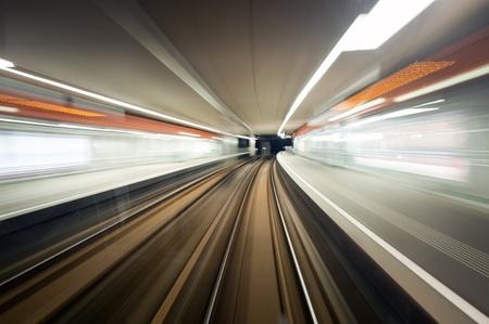 tunel: Metro, conducir a velocidad una estaci�n