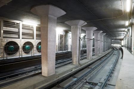 salidas de emergencia: Túnel de metro concretas, con un conjunto de enorme ventilador por razones de seguridad Foto de archivo