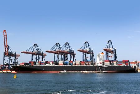 containerschip: Zonsondergang in de zomer veld