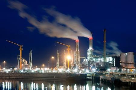 central el�ctrica: Base industrial, buque de transporte de mercanc�as y la imposici�n de humo de las chimeneas de la planta de energ�a en la noche