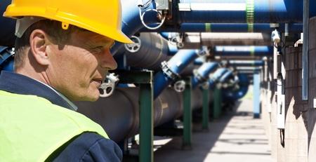 safety check: Ingeniero de mantenimiento en el sistema de gesti�n de aguas residuales de una f�brica de enorme