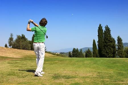 Golf-Spieler schlägt seinen Ball auf dem Fairway