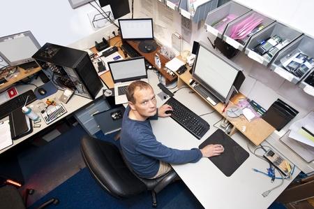Untidy Computer-Werkstatt, mit einem IT-Techniker arbeiten auf mehreren Computern gleichzeitig