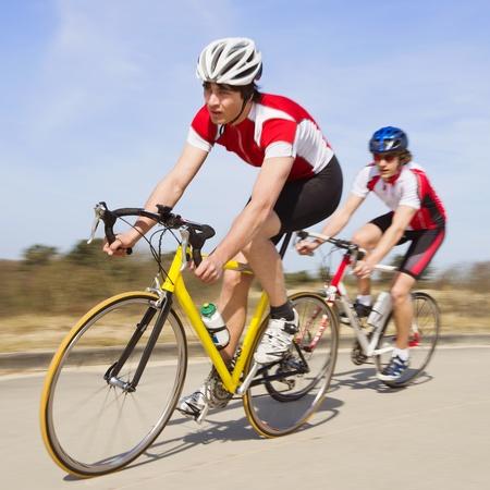 Zwei Radfahrer Sprint an der Kamera mit hoher Geschwindigkeit Standard-Bild