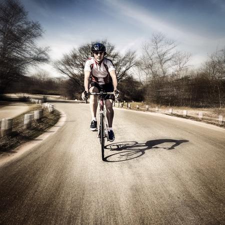 ciclista: Dos ciclistas en la gira por carretera a toda velocidad