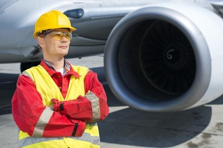 salopette: Ing�nieur en a�rospatiale en face de la turbine d'un avion commercial