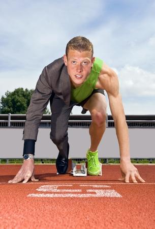 Konzeptionelle Bild eines Sportlers (Sprinter) bereit, eine Business-Karriere zu starten. Performane in der Wirtschaft ist die Top-Sport