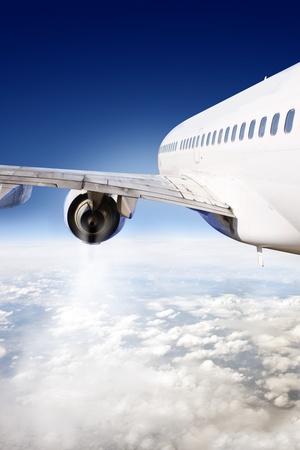 Verkehrsflugzeug im Flug, von dem Heckflügel des Flugzeugs gesehen