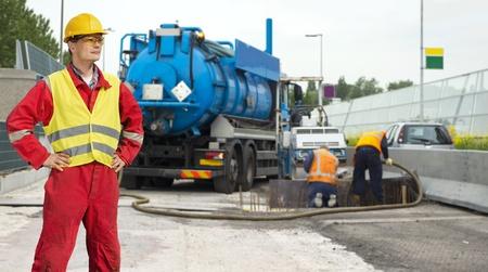 ingeniero civil: Ingeniero civil posando delante de las obras de la carretera, donde una base de hormig�n se vierte en la fundaci�n de la carretera
