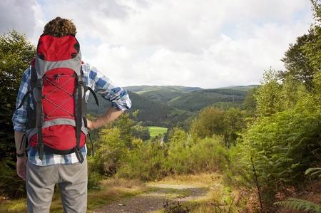 Traveler absorbieren die Ansicht der belgischen Ardennen, wie er in den Wald löscht auf einem Hügel Standard-Bild