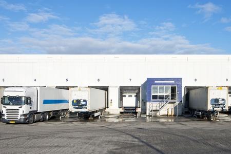 Reafers und Container in den Buchten oder Laderampen einer großen distributin Zentrum