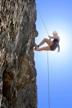 Volle Länge der jungen Frau Kletterfelsen Standard-Bild
