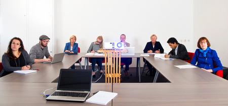Groep collega's het bijwonen van een presentatie in een vergaderzaal