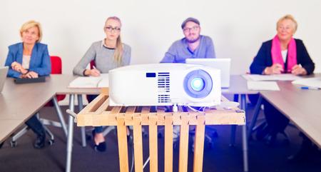 Presentatie projector met een publiek in een vergaderruimte op de achtergrond