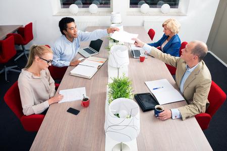 jornada de trabajo: La gente de negocios que tienen reunión en una oficina Foto de archivo
