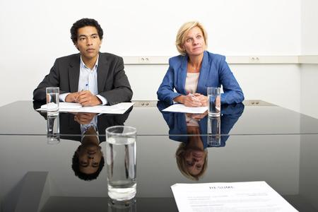 Deux gestionnaires, imitant le langage du corps et de jouer un jeu psychologique pendant un travail poupe - ou évaluation - entretien