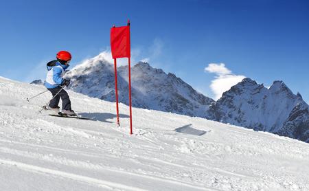 slalom: Małe dziecko podczas jego uruchomienia szkoły narciarskiej slalomie Zdjęcie Seryjne