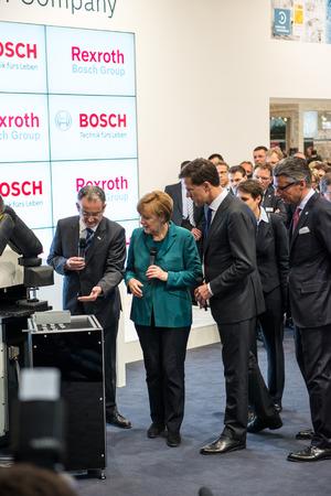 expositor: HANNOVER, Alemania - el 07 de abril: La canciller alemana, Angela Merkel, durante una gira de exhibici�n de tecnolog�a de la rob�tica industrial por Bosch y Rexroth en la Hannover Messe