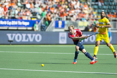 middleton: THE HAGUE, NETHERLANDS - JUNE 2: English Player Barry Middleton passes the ball forward during the match between England and India (2-1) at the World Cup Hockey