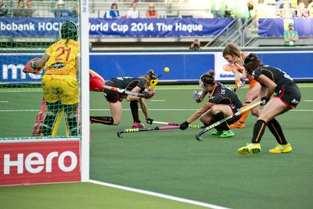 agachado: LA HAYA, Holanda - el 2 de junio: Los defensores belgas pato lejos cuando Dorst (NED) intenta un tiro a puerta después de un corner corto, durante el partido de Copa del Mundo de Hockey entre los Países Bajos y Bélgica (NED BEL vence 4-0)