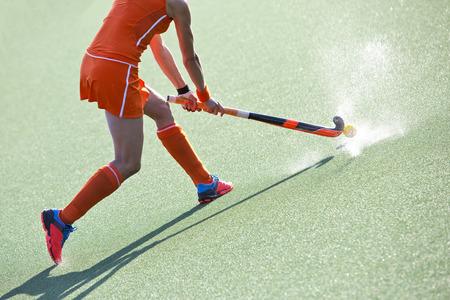 hockey sobre cesped: Campo Mujer jugador de hockey que pasa a un compa�ero de equipo en un campo artificial moderna, el agua